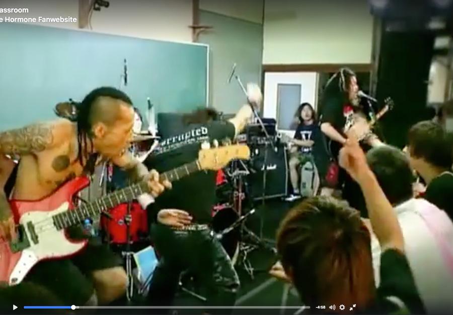 Japanische Metal-Band spielt im Klassenzimmer