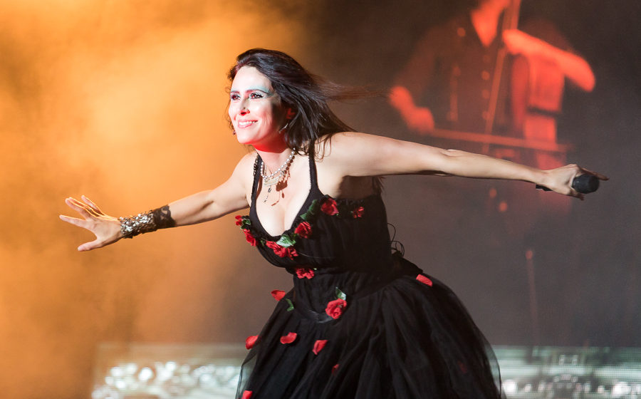 Within Temptation (hier live beim M'era Luna 2016) streamen ihr Konzert vom Resurrection Fest 2019