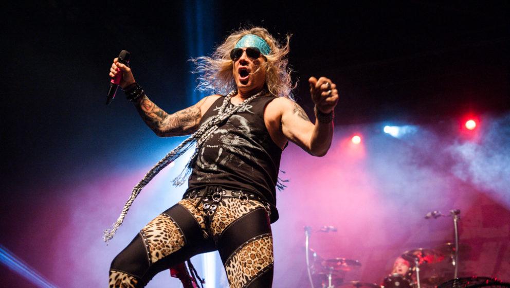 Steel Panther (hier Sänger Michael Starr) und Mötley Crüe zanken sich aktuell im Internetz