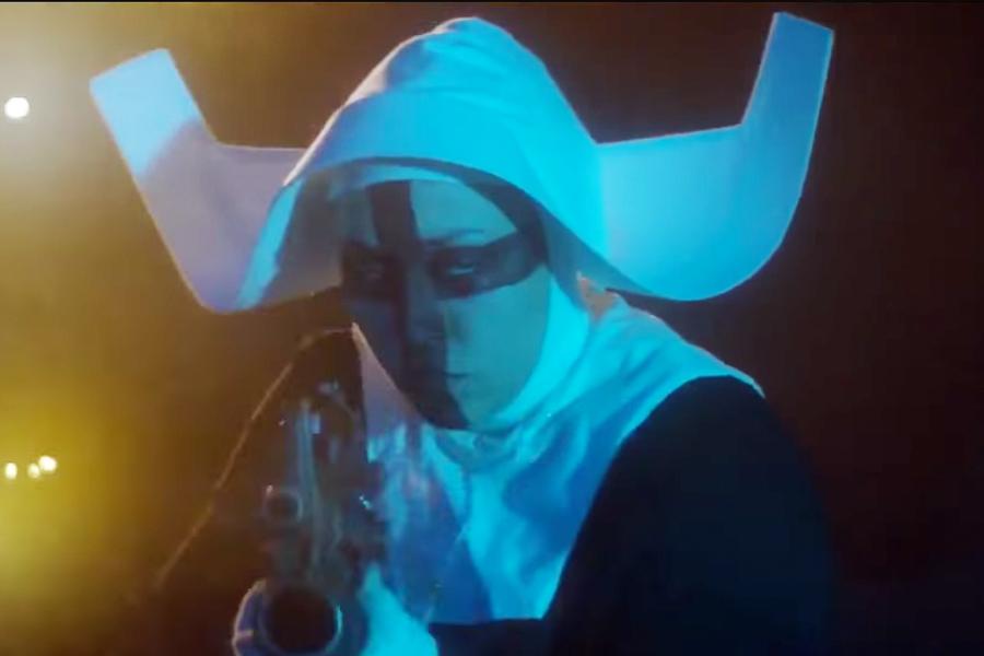 Eine der bösen Nonnen aus dem Trailer zu Officer Downe