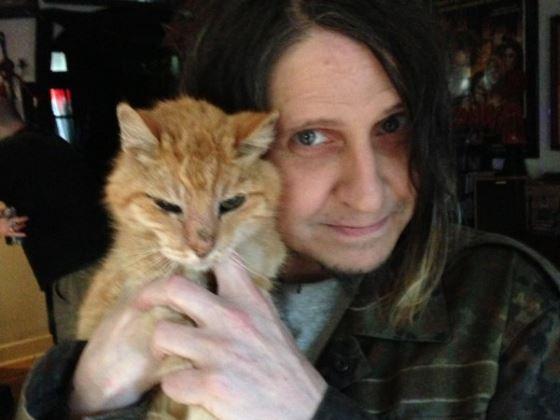 Eyehategod-Frontmann mit Familien-Katze.