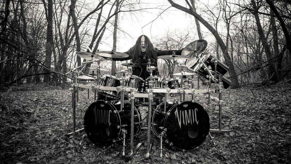 Joey Jordison hinter seinem Vimic-Drumkit