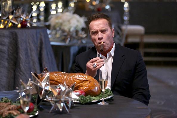 Im Bild: Arnold Schwarzenegger mit Twitter-Beef-Siegeszigarre