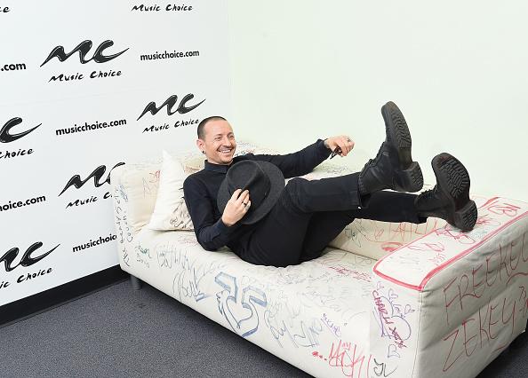 Chester Bennington von Linkin Park macht es sich im Pop bequem.