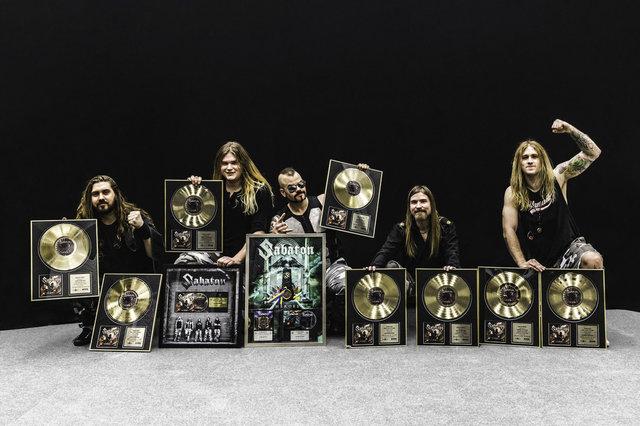 Sabaton zeigen stolz ihre Erfolge!
