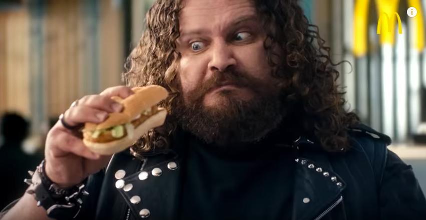 In ihren Werbeclips versuchen Lidl und McDonald's ihre Produkte derzeit mit Metal-Musik an den Mann zu bringen.