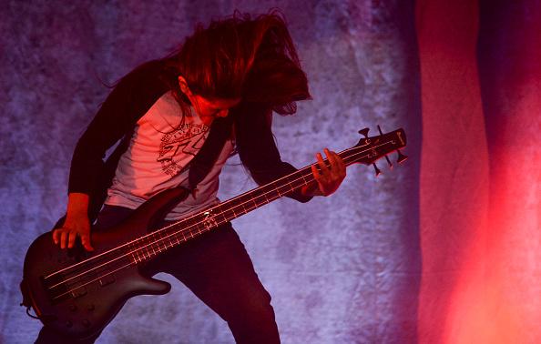 Tye Trujillo rockt live mit Korn.