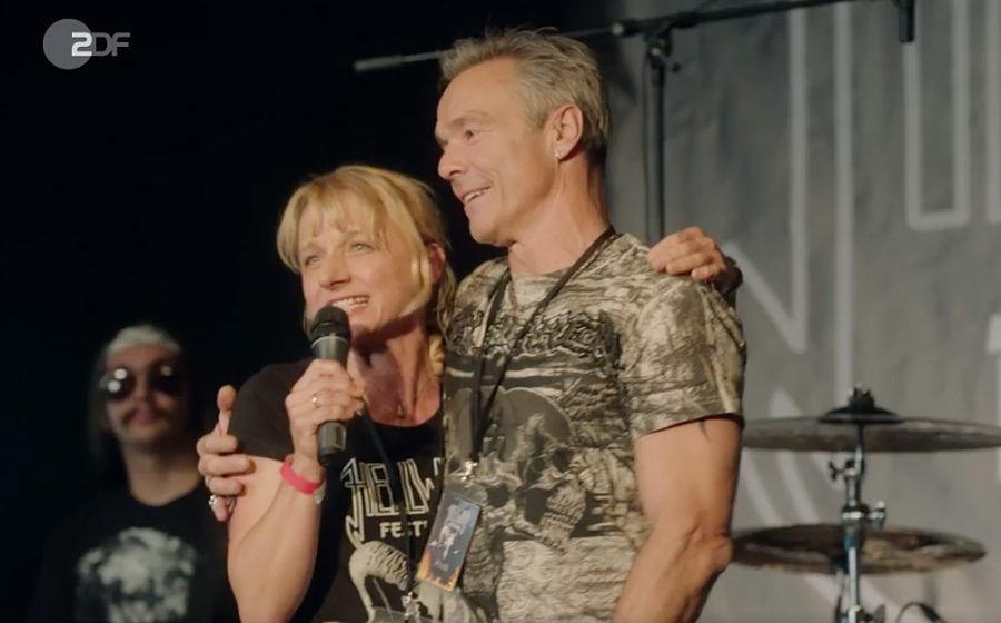 Christina Große als Landwirtin 'Caro Leonard' und Hannes Jaenicke als Metal-Festival-Veranstalter 'Mike Berger'.
