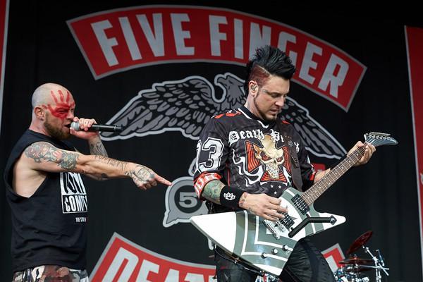 Ivan 'Ghost' Moody, Sänger der US-amerikanischen Metal-Band «Five Finger Death Punch» (l), und Gitarrist Jason Hook treten