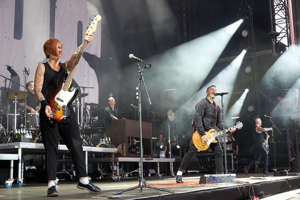 Sänger Sammy Amara (r) und Bassistin Ines Maybaum treten am 03.06.2017 in Nürburg (Rheinland-Pfalz) auf der Hauptbühne des