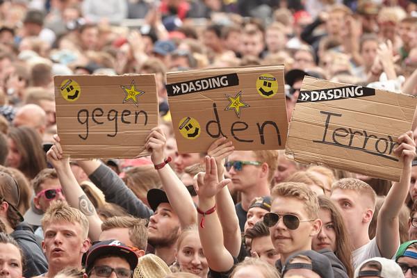 Besucher des Musikfestivals 'Rock am Ring' halten 04.06.2017 in Nürburg (Rheinland-Pfalz) vor der Bühne Schilder gegen Terr