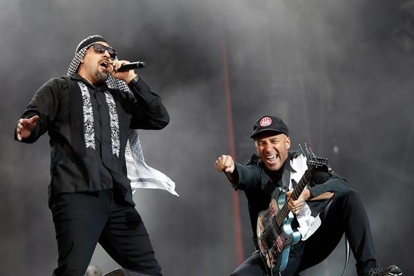 Sänger B-Real und Gitarrist Tom Morello (r) treten am 04.06.2017 mit der Band Prophets of Rage beim Musikfestival 'Rock am R