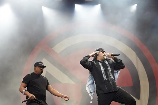 Die Sänger Sänger Chuck D (l-r) und Sänger B-Real treten am 04.06.2017 mit der Band Prophets of Rage beim Musikfestival 'R