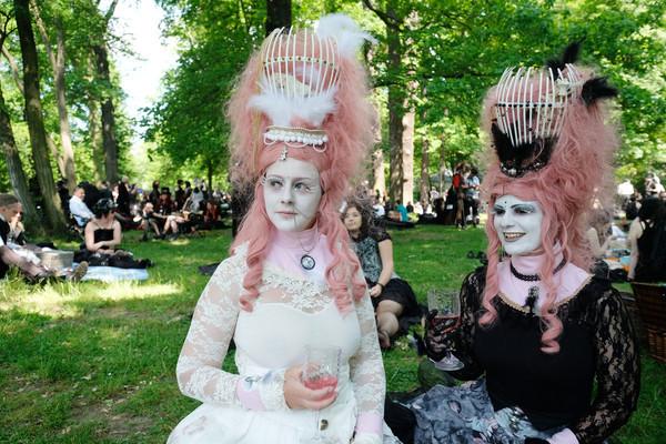 Teilnehmer des Wave-Gotik-Treffens (WGT) stehen am 02.06.2017 beim Viktorianischen Picknick im Clara-Zetkin-Park in Leipzig (