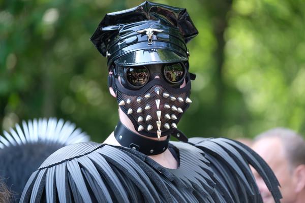 Ein Teilnehmer des Wave-Gotik-Treffens (WGT) steht am 02.06.2017 beim Viktorianischen Picknick im Clara-Zetkin-Park in Leipzi