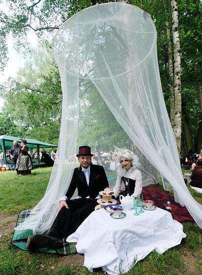 Teilnehmer des Wave-Gotik-Treffens (WGT) sitzen am 02.06.2017 beim Viktorianischen Picknick im Clara-Zetkin-Park in Leipzig (