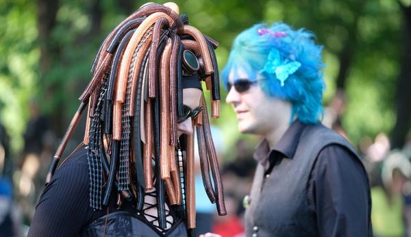 Teilnehmer des Wave-Gotik-Treffens (WGT) gehen am 02.06.2017 beim Viktorianischen Picknick im Clara Zetkin-Park in Leipzig (S