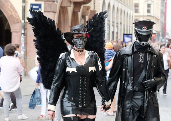 Teilnehmer des Wave-Gotik-Treffens (WGT) gehen am 03.06.2017 durch die Innenstadt von Leipzig (Sachsen). Tausende Anhänger d