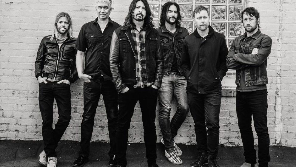 Foo Fighters-Drummer Taylor Hawkins (l.) vertreibt sich die Zeit mit anderen Musikern...