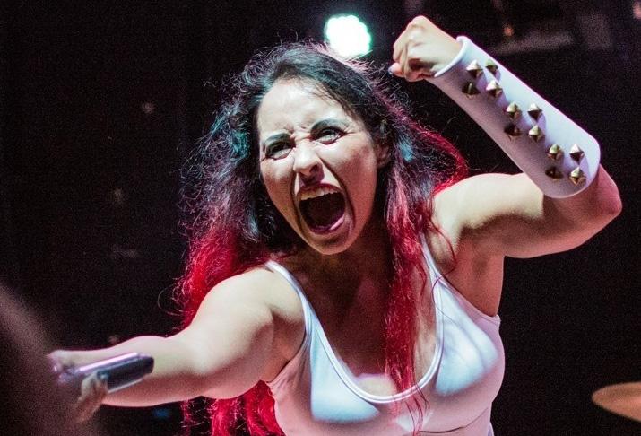 Womanowar-Sängerin Erica Madams (Nina Osegueda)