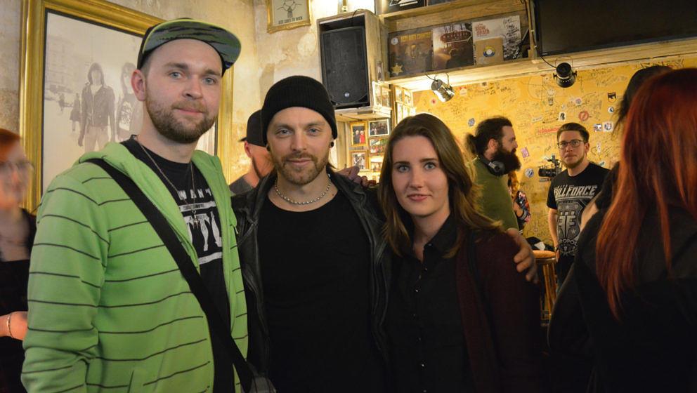 Sänger Matthew Tuck mit zwei zufriedenen Gästen