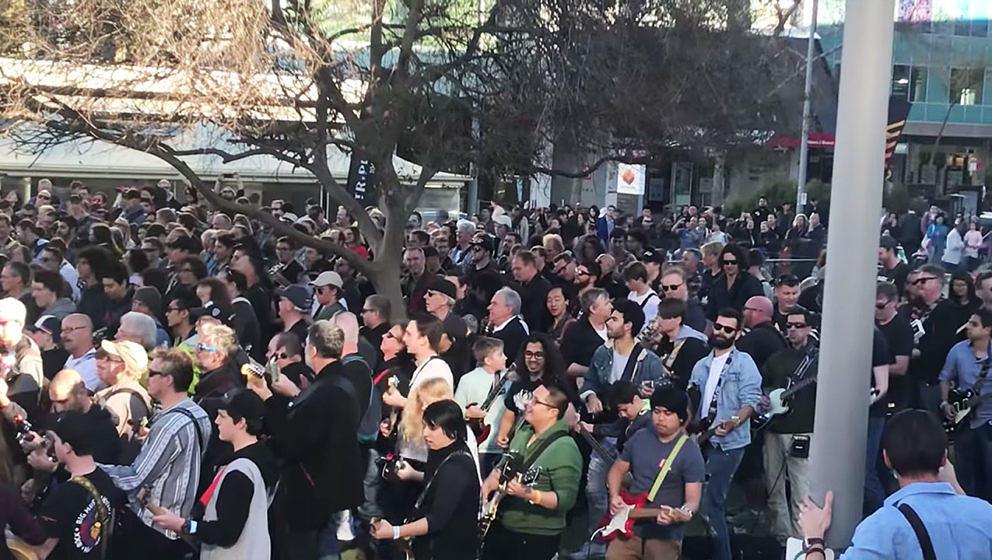 Fast 500 Menschen haben in Australien gemeinsam 'Highway To Hell' von AC/DC gespielt