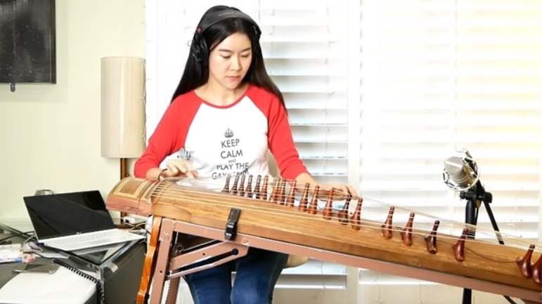 Die Koreanerin Luna Lee am Gayageum (Foto: Screenshot)