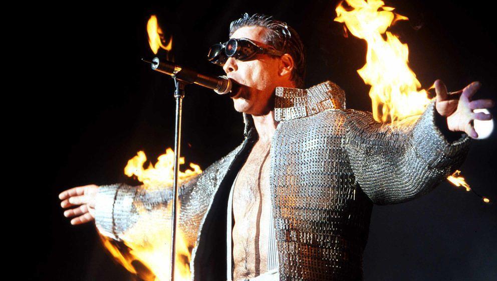 Till Lindemann im Jahr 2001. Rammstein sind bekannt für ihre Pyrotechnik.