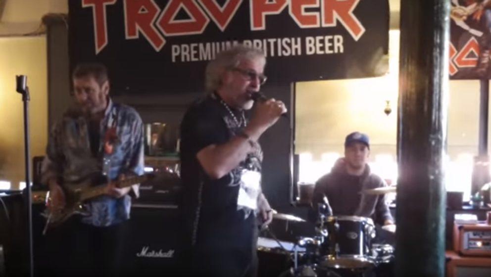 Die Iron Maiden-Gründungsmitglieder Paul Mario Day und Terry Wapram beim Soundcheck im Londoner Pub Cart & Horses