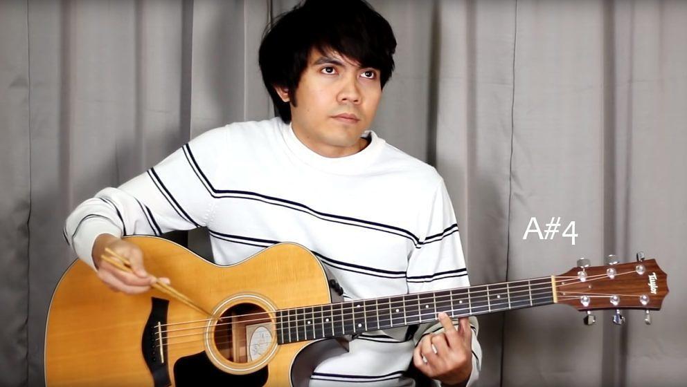 Der philippinische Youtuber Ralph Jay Triumfo covert 'Bohemian Rhapsody' mit Essstäbchen auf seiner Akustikgitarre