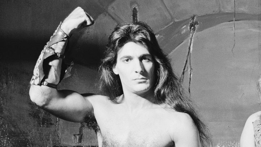Manowar-Bassist Joey DeMaio im Jahr 1984 (Foto: Fin Costello/Redferns/Getty Images)