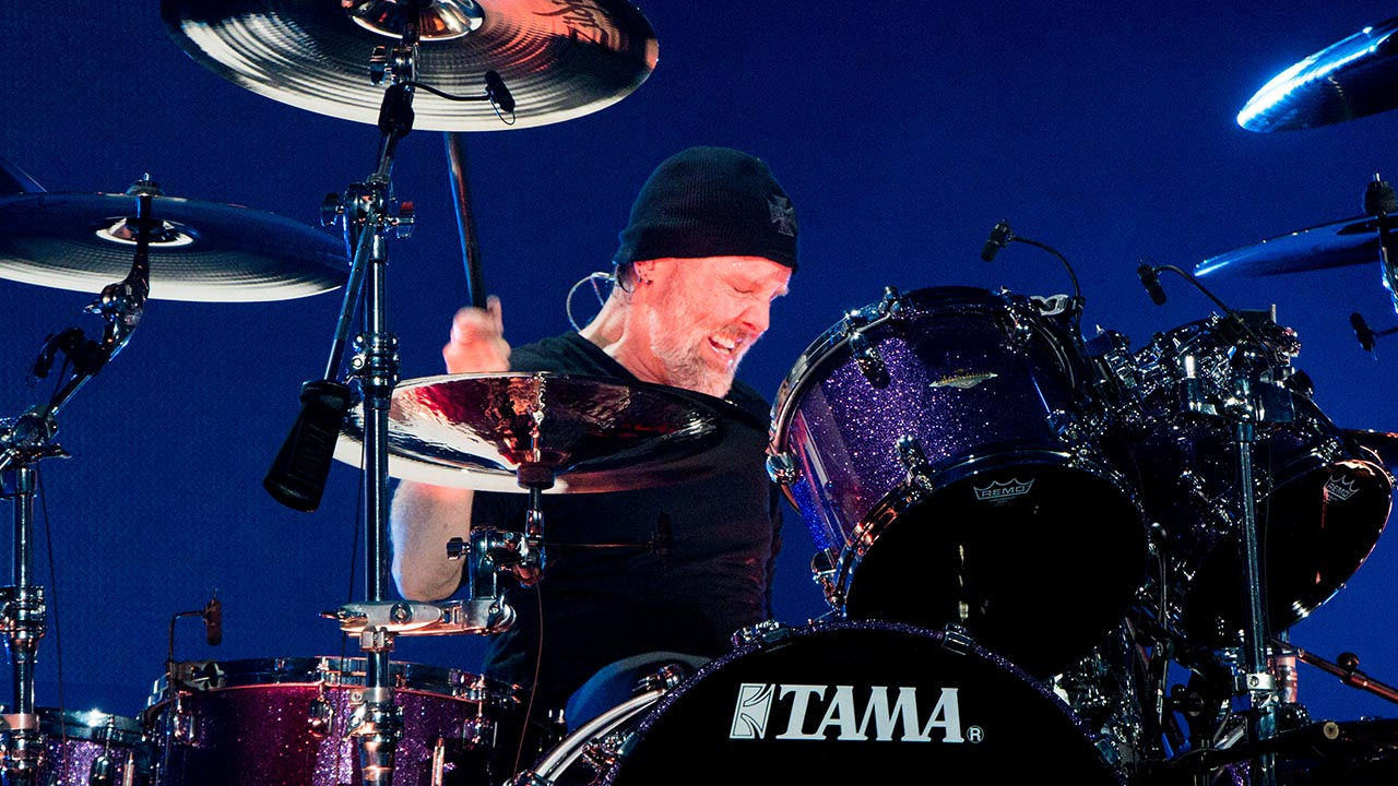Lars Ulrich hinter seinem Tama-Drumset.