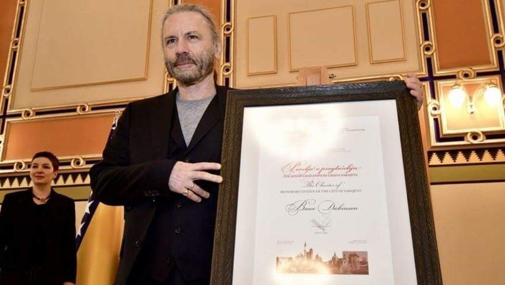 Bruce Dickinson mit seiner Ehrenbürgerurkunde von Sarajevo