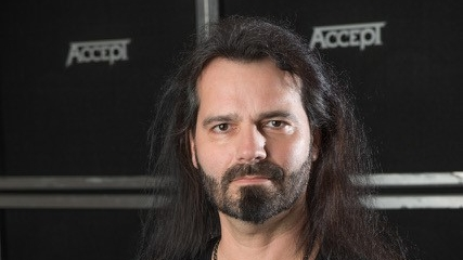 Bassist Martin Motnik unterstützt Accept live