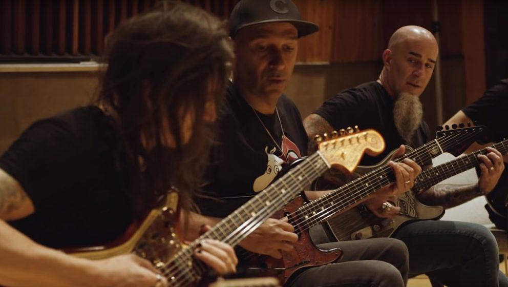 Tom Morello (Rage Against The Machine), Scott Ian (Anthrax) und Nuno Bettencourt (Extreme) zocken den 'Game Of Thrones'-Theme auf den drei handgefertigten 'Game Of Thrones'-Gitarren aus dem Hause Fender