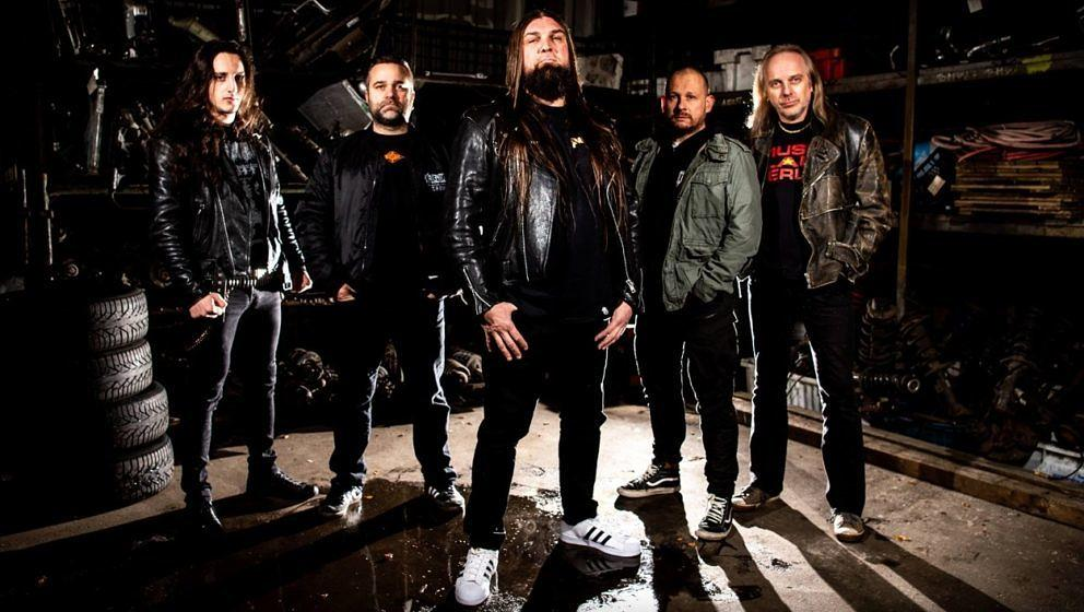 Die Ex-Sodom-Mitglieder Drummer Makka (2.v.r.) und Gitarrist Bernemann (r.) haben mit Sänger Ingo Bajonczak (M.), Bassist Marc Hauschild (2.v.l.) und Gitarrist Chris Tsitsis (l.) die neue Formation Bonded gegründet