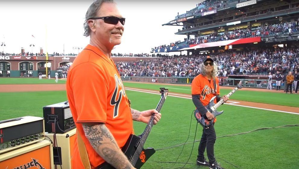 James Hetfield und Kirk Hammett von Metallica zocken das 'Star Spangled Banner' bei den SF Giants im Stadiom