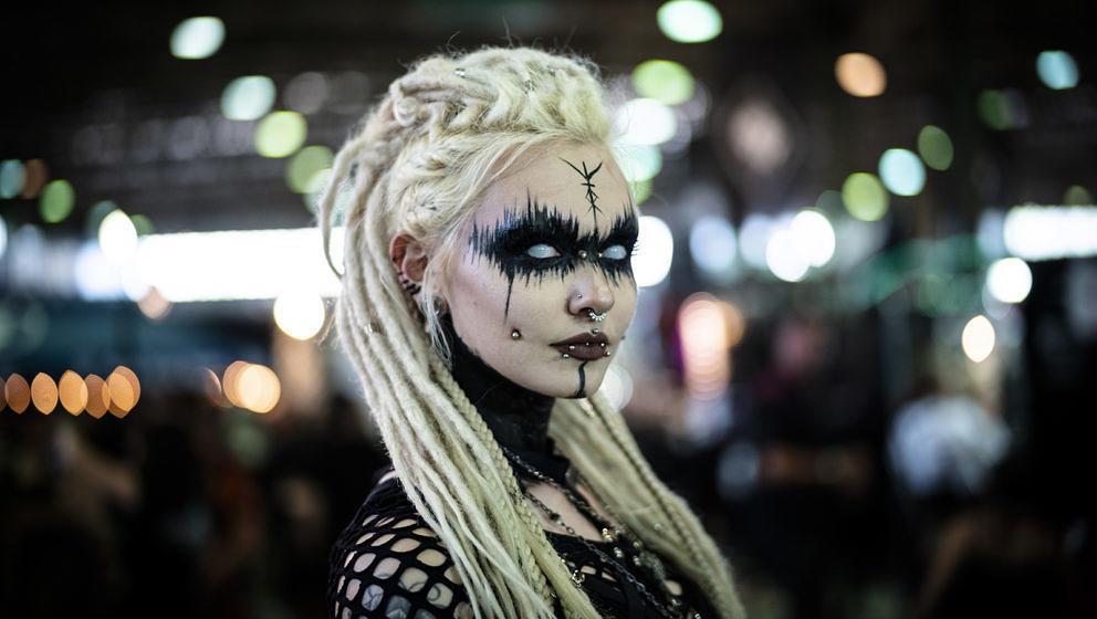 08.06.2019, Sachsen, Leipzig: Alexia aus Caen (Frankreich) steht inmitten der Messehalle auf dem agra Gelände beim Wave-Goti