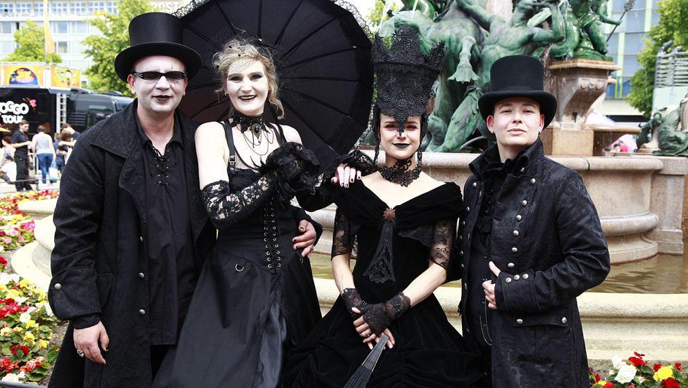 Besucher des 28. Wave-Gotik-Treffens unterwegs zum Festivalgelände AGRA-Messepark.