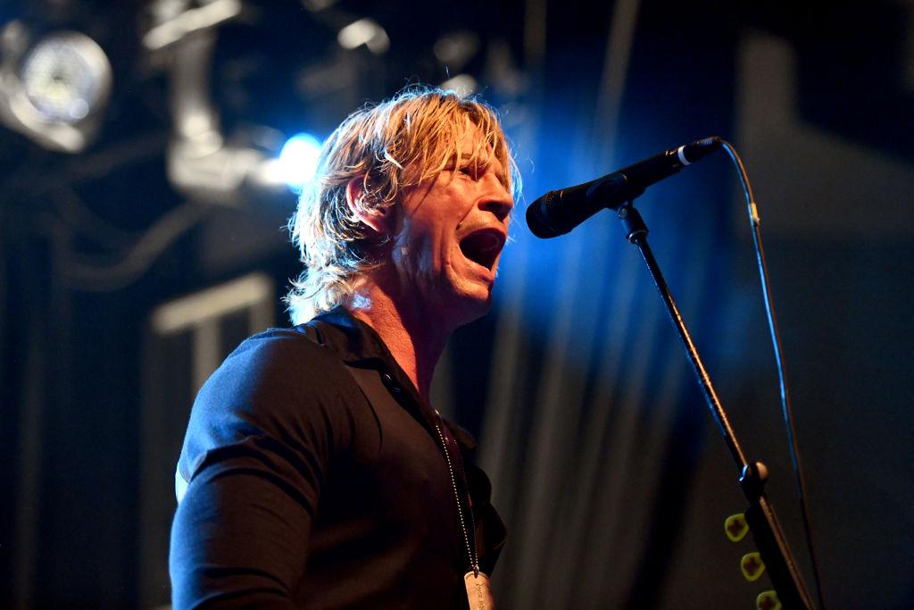 Guns N' Roses-Bassist Duff McKagan trägt Bandana als Schutzmaske
