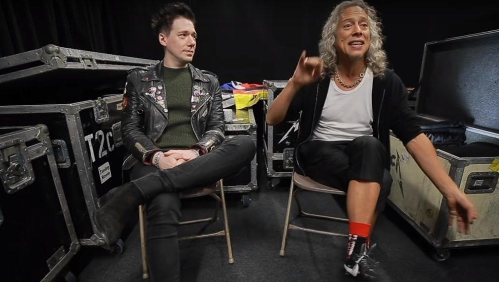 Metallica-Gitarrist Kirk Hammett (r.) und Ghost-Chef Tobias Forge schnacken eine Runde