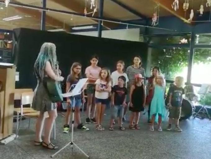 Schweizerischer Kinderchor singt Judas Priest und Dio