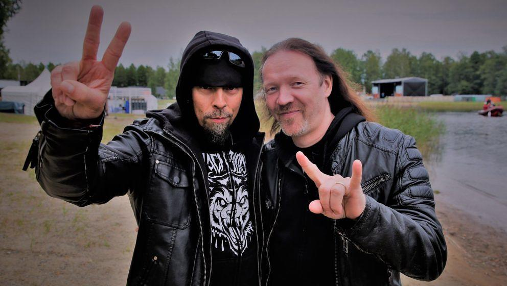 Jukka Nevalainen (l.) übergibt die Drumsticks bei Nightwish dauerhaft an Kai Hahto