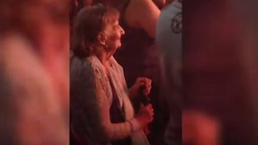 Diese Seniorin hat sichtlich Freude an einer Slipknot-Show