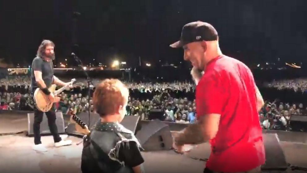 Revel Young Ian (M.), der Sohn von Anthrax-Gitarrist Scott Ian (r.), auf der Bühne mit Dave Grohl (l.) von den Foo Fighters