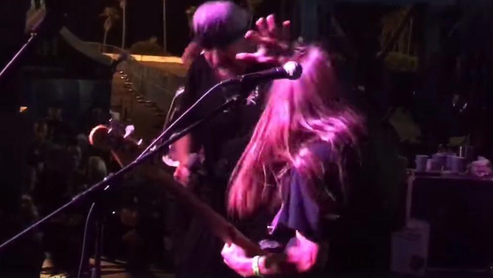 Tye Trujillo, der Sohn von Metallica-Bassist Rob Trujillo, gemeinsam mit Suicidal Tendencies auf der Bühne
