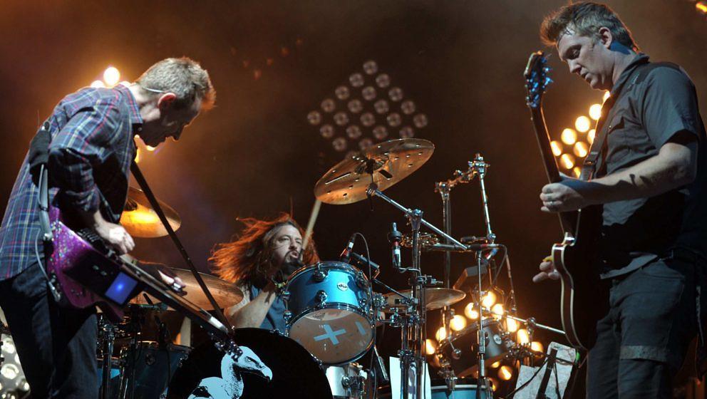 John Paul Jones, Dave Grohl und Josh Homme (v.l.n.r.) rocken zusammen als Them Crooked Vultures das Coachella im Jahr 2010
