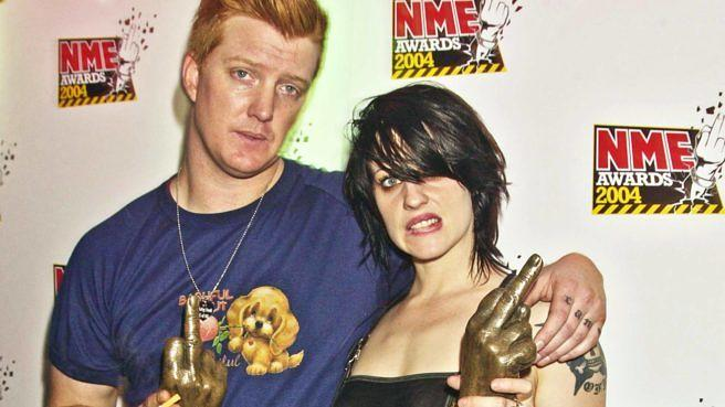 Queens Of The Stone Age-Chef Josh Homme und Brody Dalle von The Distillers bei den NME Awards in London 2004