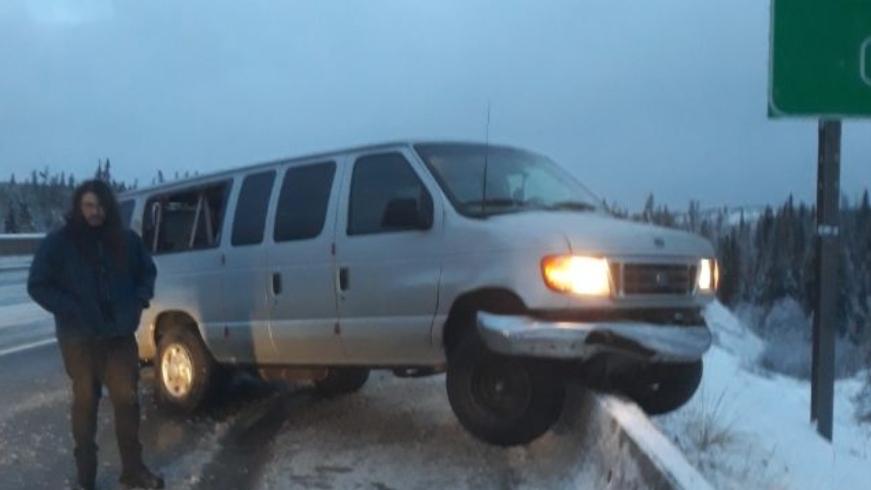 Der Van von Exmortus direkt nach Rutschpartie auf dem Glatteis
