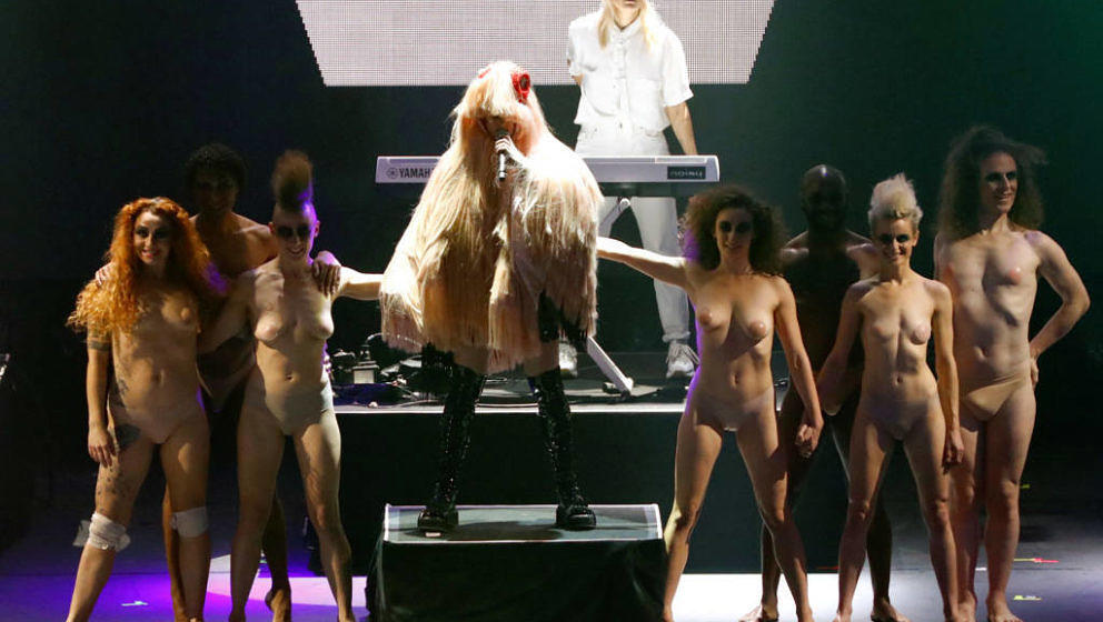 Peaches und ihre Tänzer beim Rammstein-Cover zu 'Du hast'